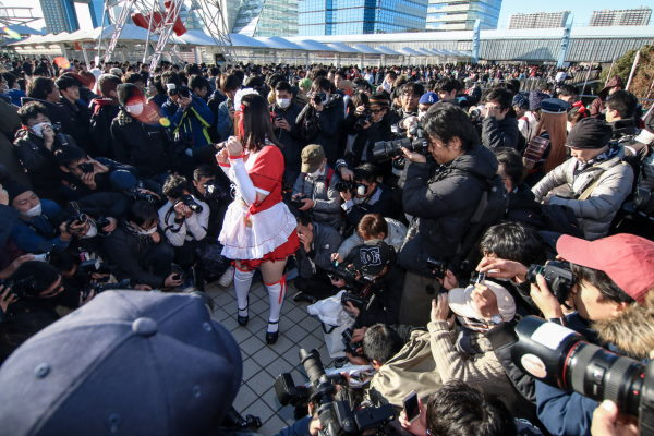 A female cosplayer surrounded by cameramen at Comiket 2017