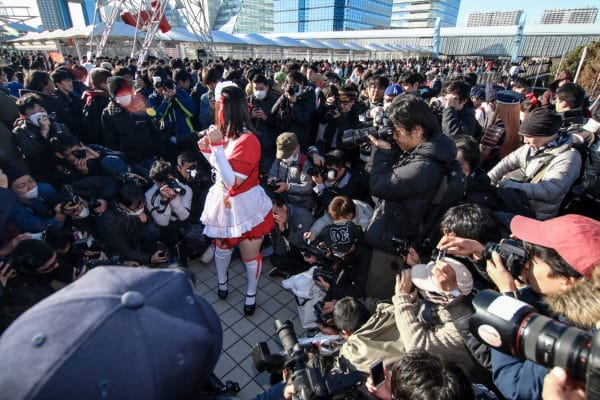 Woman surrounded at Comiket 2017